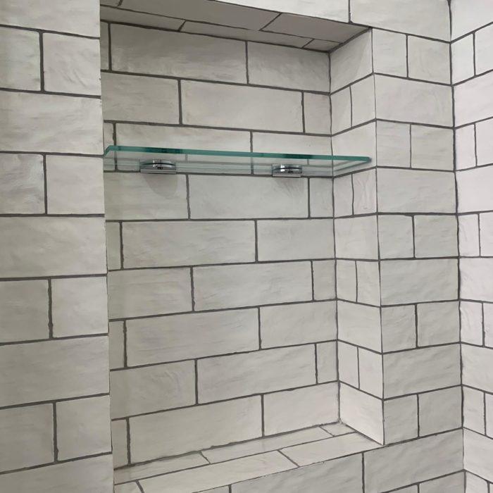 reforma baño azulejos color blanco