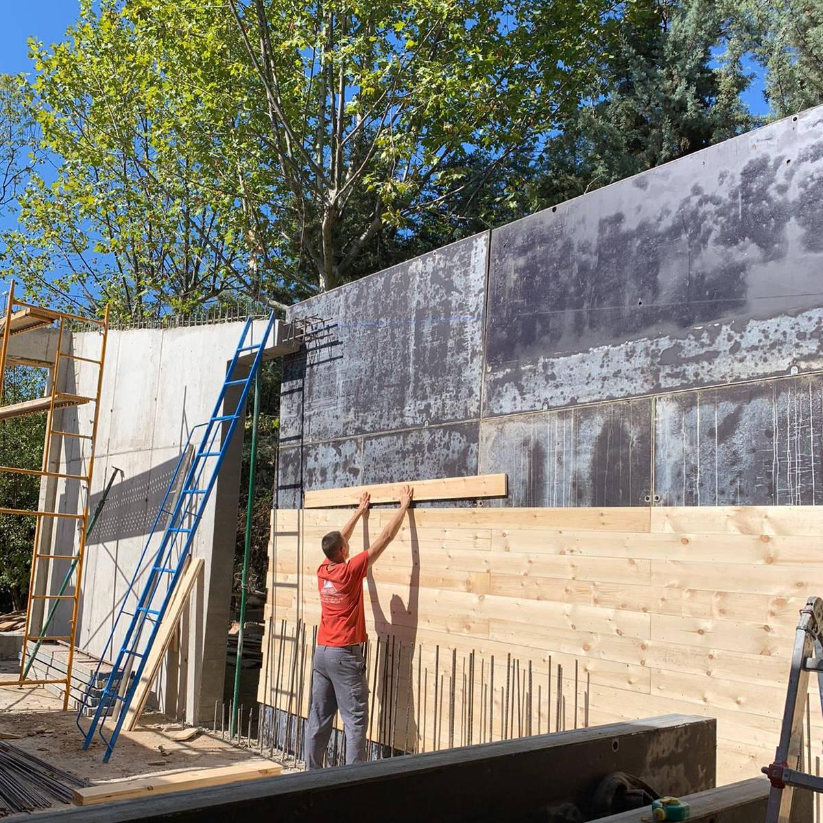 imagen de empresa de construcción levantando un muro