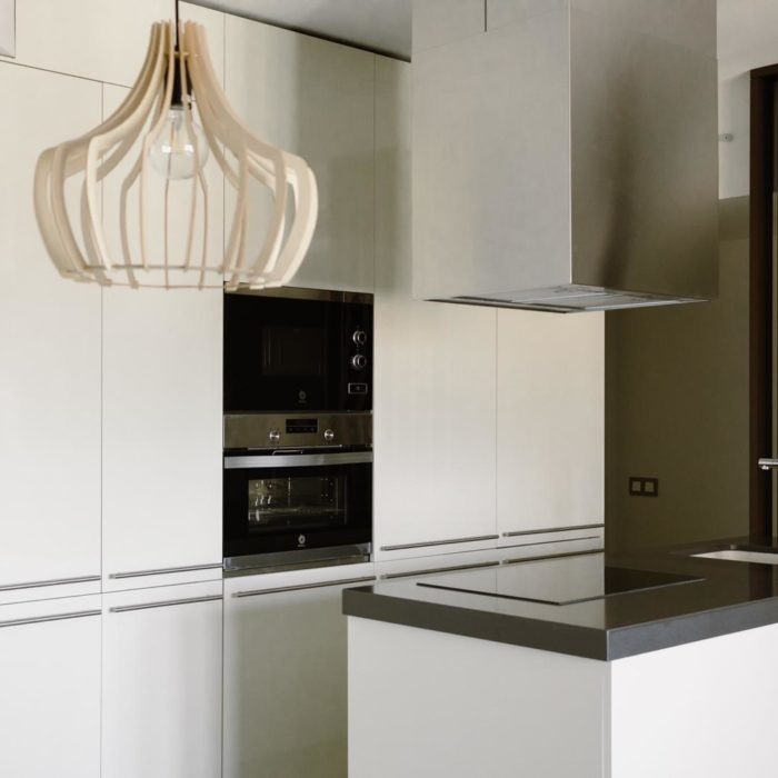 cocina blanca con luz colgante