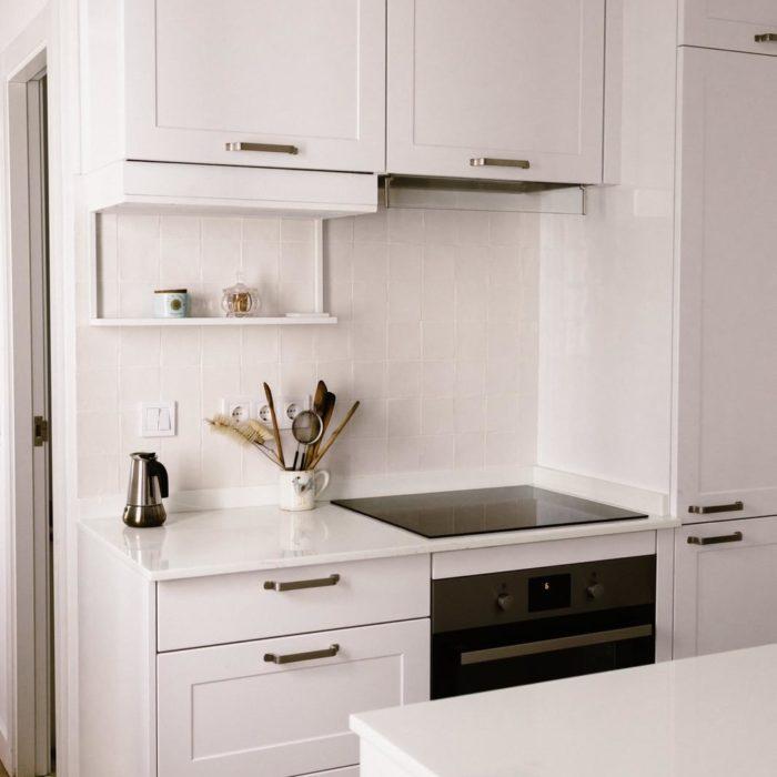 cocina con armarios blancos