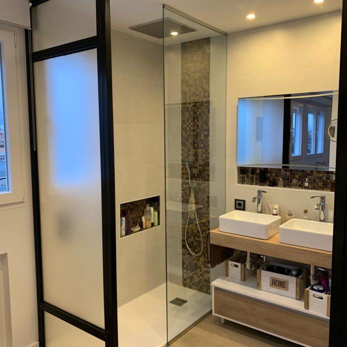 baño con armario lavabos suspendido