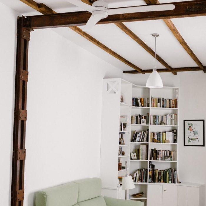 salon blanco con vigas de madera